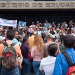 Aguerrida protesta de maestras y maestros en sede del Ministerio de Educación en el centro de Caracas